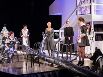 """Ar izrādi """"8 mīlošas sievietes"""" Dailes teātris viesosies Ventspilī"""