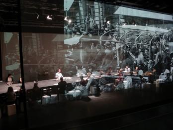 """Dokumentālā teātra izrāde """"Klupšanas akmeņi"""" Rīgā"""