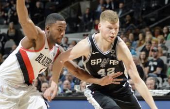 """Bertāns iemet divus tālmetienus, """"Spurs"""" neizdodas izglābties pret """"Clippers"""""""