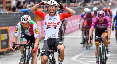 """Augumā otrs mazākais braucējs uzvar """"Giro d'Italia"""", Neilands finišē peletonā"""