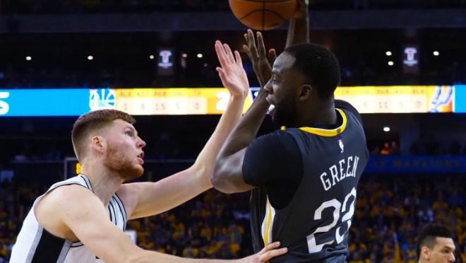 """""""Warriors"""" izskaņā <i>salauž</i> """"Spurs"""", Grīnam nesportiskā piezīme pret Bertānu"""