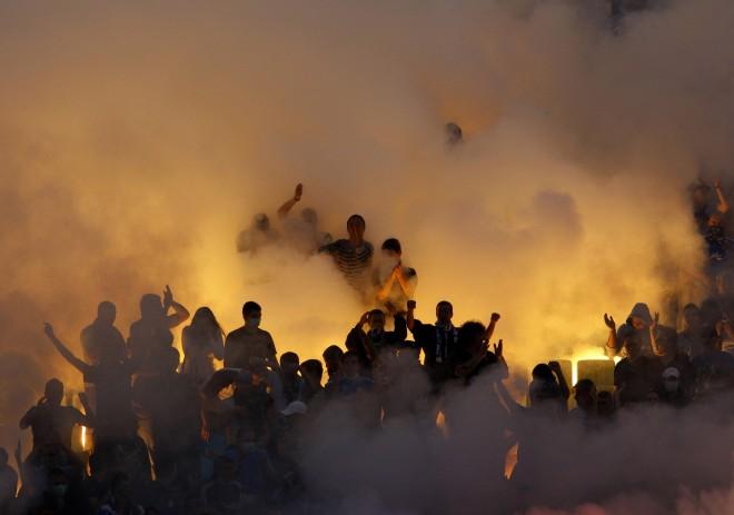 """""""Levski"""" un CSKA derbijā pēc fanu izraisīta sprādziena nopietni ievainota policiste"""