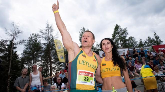 Lietuvas pāris triumfē sievu nešanas čempionātā