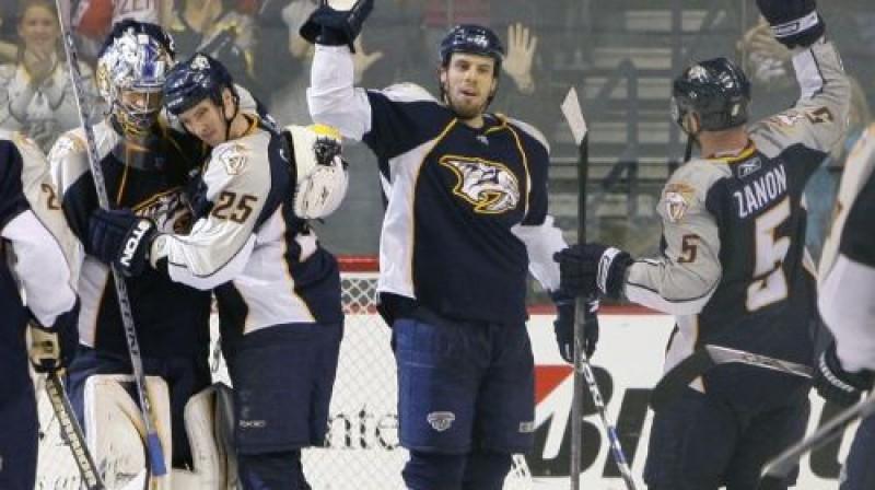 ''Predators'' hokejisti priecājas par iespaidīgo uzvaru Foto: AP