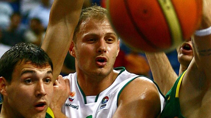 Radoslavs Nesterovičs lietuviešu ielenkumā pirms diviem gadiem vēl basketbola laukumā, nevis blakus tam  Foto: AFP/Scanpix