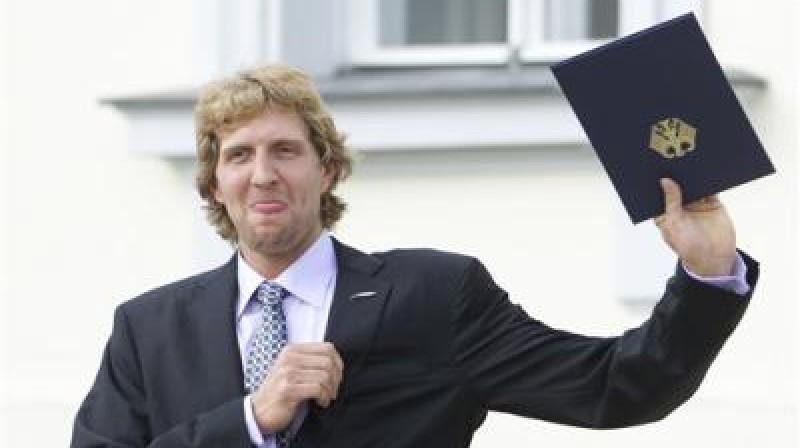 """Dirks Novickis, saņemot augstāko apbalvojumu Vācijas sportā - """"Sudraba lauru lapu"""" Foto: AP/Scanpix"""