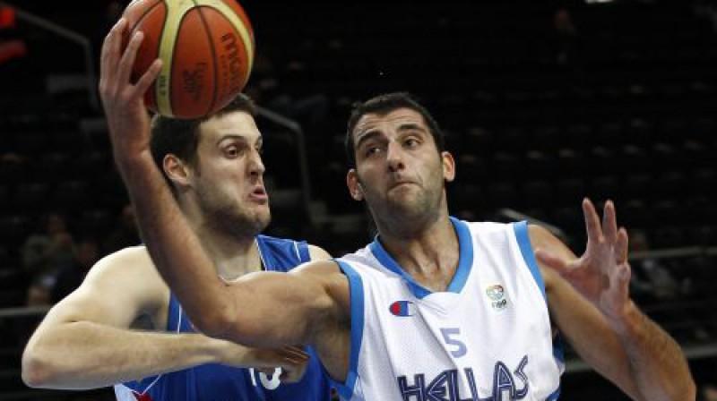 Kosta Perovičs pret mača rezultatīvāko spēlētāju Joani Burusi Foto: Reuters/Scanpix