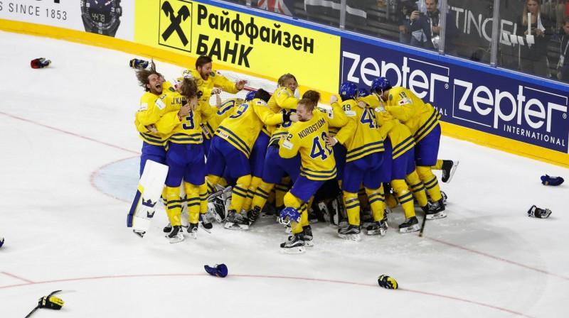 Zviedrijas izlase līksmo par zelta medaļām Foto: AFP/Scanpix