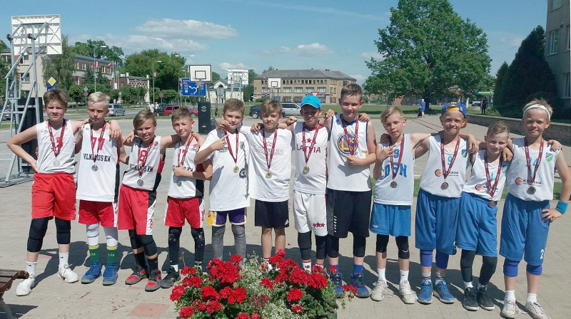 """U11 grupas labākās komandas (no kreisās): """"Skrajūnai"""", """"Chilli"""" un """"3 basketbolisti"""" Publicitātes foto"""