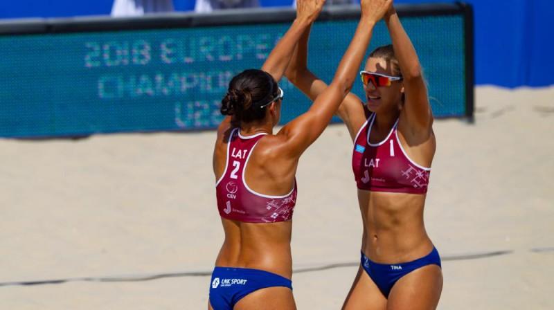 Anastasija Kravčenoka un Tīna Graudiņa. Foto: Vadims Morozovs, facebook.com/Jurmala.Beachvolley