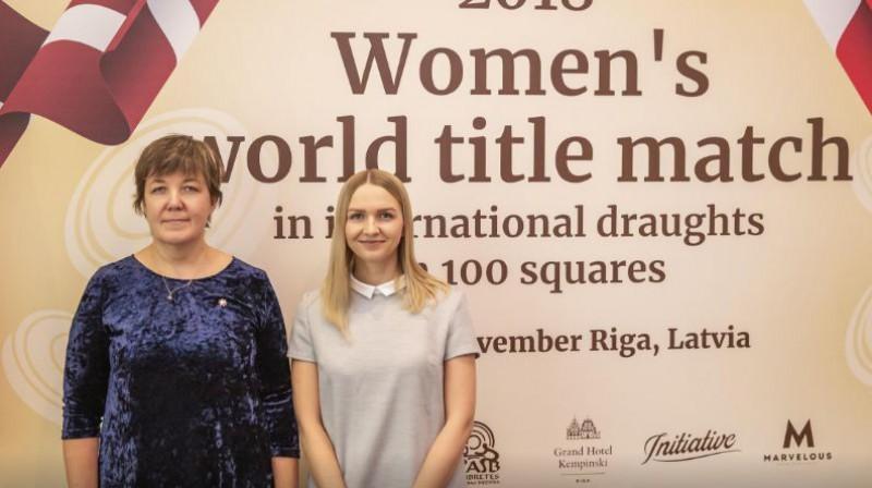 Zoja Golubeva un Natālija Sadovska, cīnoties par pasaules čempiones titulu. Organizatoru foto