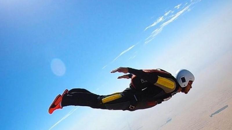 Lūiss Hamiltons izklaidēs augstu debesīs. Foto: Instagram.com/lewishamilton