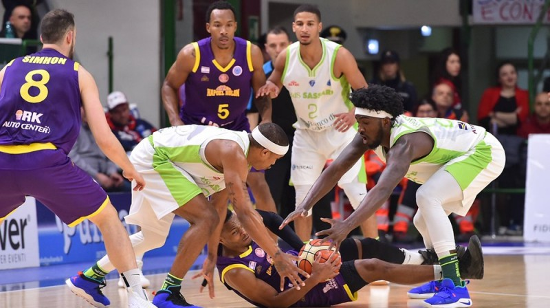 """Cīņa par bumbu spēlē starp """"Dynamo"""" un """"Holon"""". Foto: FIBA"""