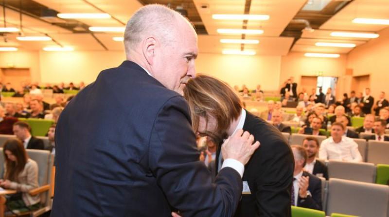 Guntis Indriksons, pirms gada apsveicot Kasparu Gorkšu ar kļūšanu par LFF prezidentu. Foto: Romāns Kokšarovs/F64