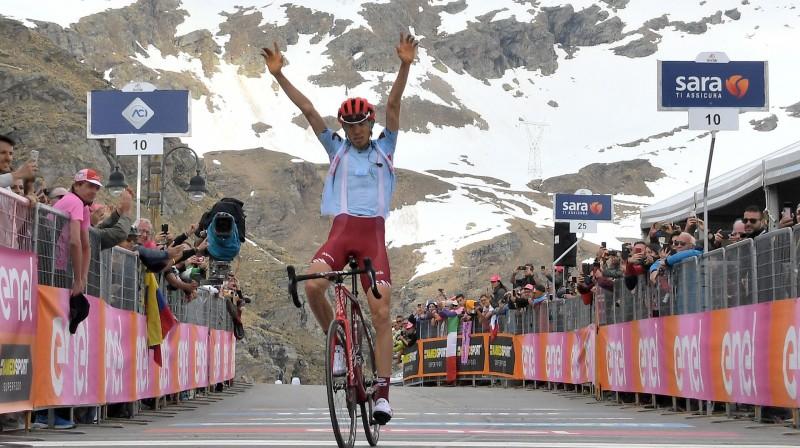 "Ilnurs Zakarins finišā svin uzvaru ""Giro d'Italia"" 13. posmā Foto: Zumapress.com/Scanpix"
