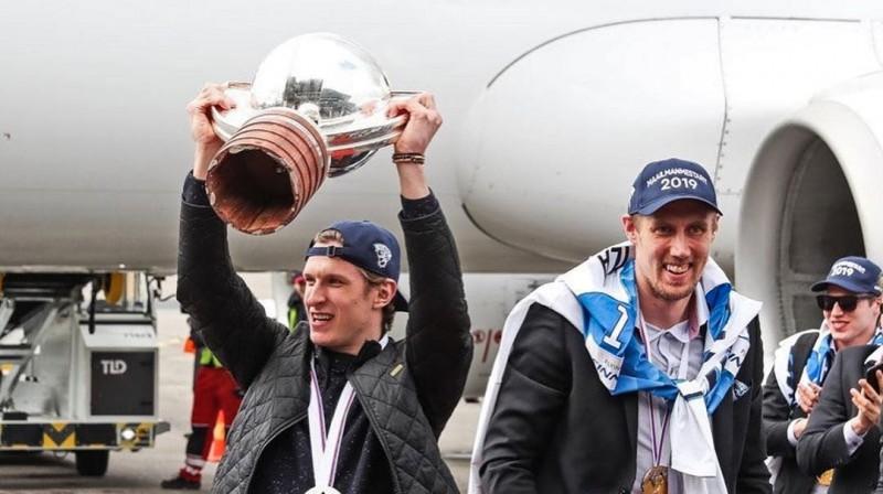Pasaules čempioni atgriežas dzimtenē un demonstrē kausa kopiju bez dibena. Foto: instagram.com/kalpa_hocke