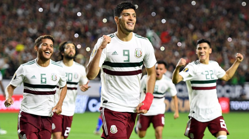 Meksikas futbola izlases spēlētāji svin vārtu guvumu. Foto: Robyn Beck/AFP/Scanpix