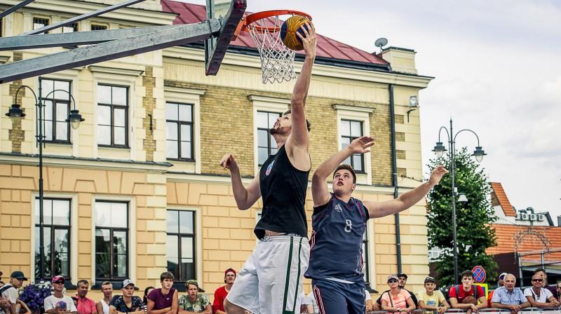 """Cēsnieks Dāvis Rozītis cīnās """"Ghetto Basket"""" Publicitātes foto"""