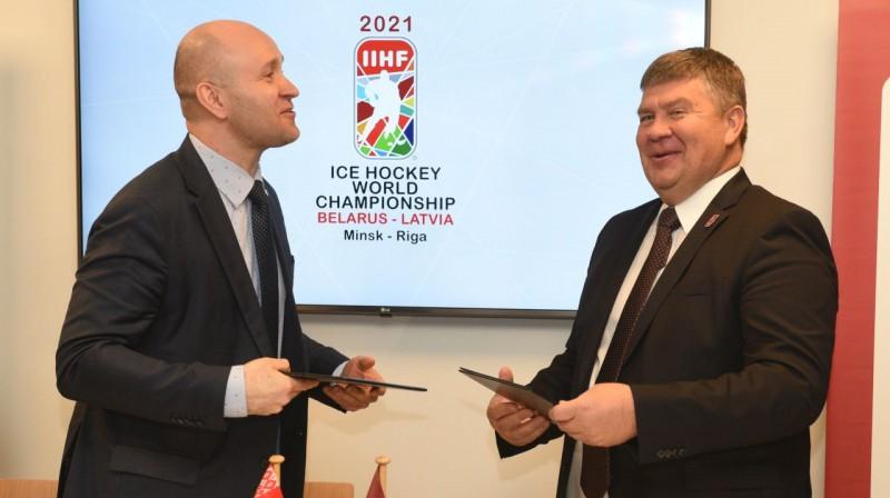 Latvijas un Baltkrievijas hokeja federāciju prezidenti paraksta vienošanos par turnīra norisi divās valstīs. Foto: Romāns Kokšarovs, F64