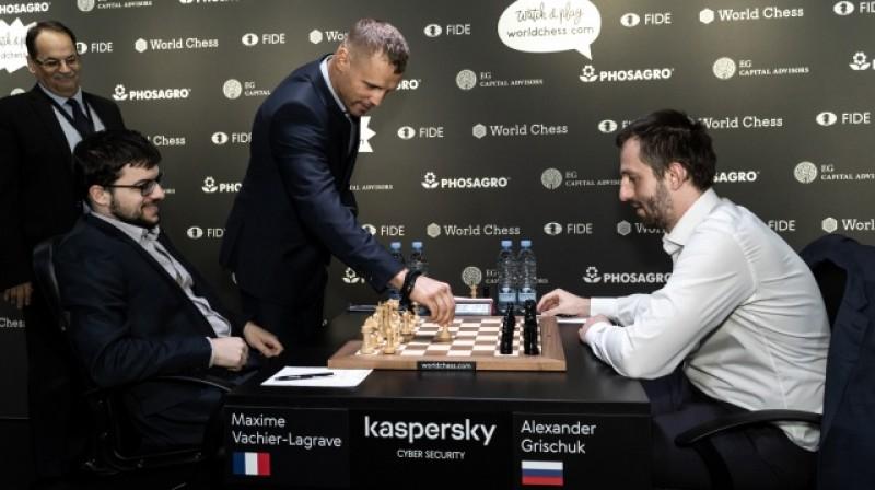 Mairis Briedis veic simbolisko gājienu šaha spēlē. Foto: World Chess