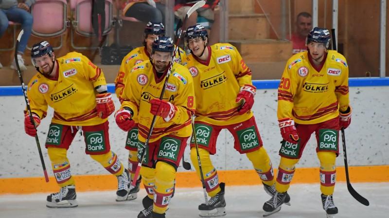 """Rihards Bukarts (pirmais no kreisās) un """"Düsseldorfer EG"""" hokejisti. Foto: Düsseldorfer EG"""