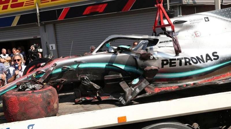 Hamiltona mašīna pēc avārijas. Foto: The Sun
