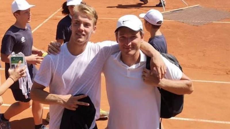 Roberts Štrombahs (no kreisās) un Latvijas izlases kapteinis Deniss Pavlovs. Foto: Latvijas Tenisa savienība