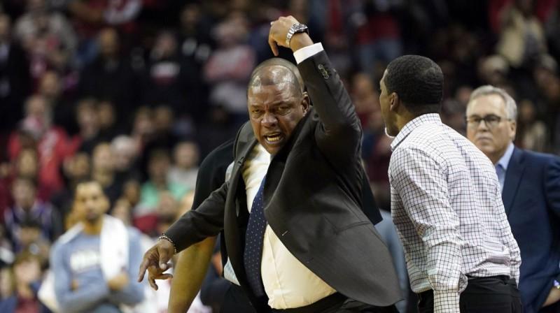 """""""Clippers"""" galvenais treneris Doks Riverss dusmu izvirduma brīdī. Foto: AP / Scanpix"""