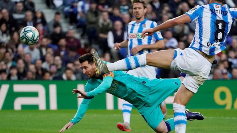 """Lionels Mesi cīnās pret """"Real Sociedad"""". Foto: Reuters/Scanpix"""