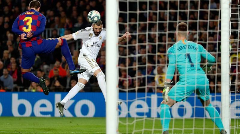 """Karims Benzemā apdraud """"Barcelona"""" vārtus. Foto: EPA/Scanpix"""