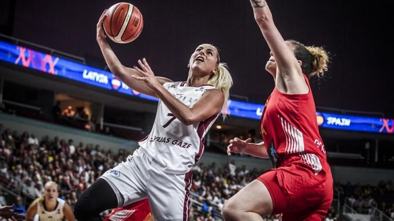 Elīna Babkina spēlē pret Spāniju. Foto: FIBA