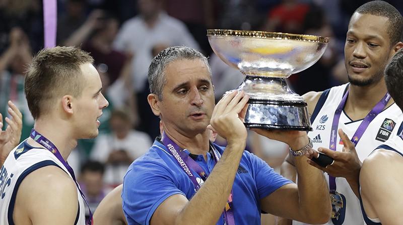 Igors Kokoškovs ar Eiropas čempionāta uzvarētāju trofeju. Foto: AP/Scanpix
