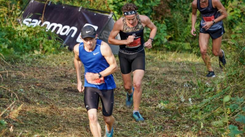 """Daži no vadošajiem """"Zaķa"""" distances skrējējiem (M.Babkins, J.Mežiels, R.Serģis) Sprinta kalnā. Foto: Ģirts Freijs."""
