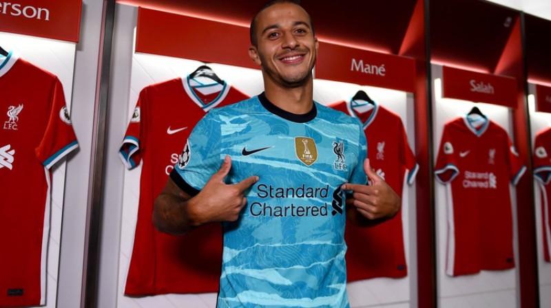 Tjagu Alkantara jaunās komandas kreklā. Foto: Liverpoolfc.com
