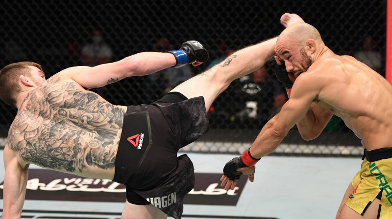 Korijs Sendheigens sakauj Marlonu Moraisu. Foto: UFC