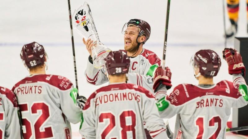 Mārtiņš Karsums un Latvijas izlases hokejisti ar izcīnīto kausu. Foto: imago-images.de/Scanpix