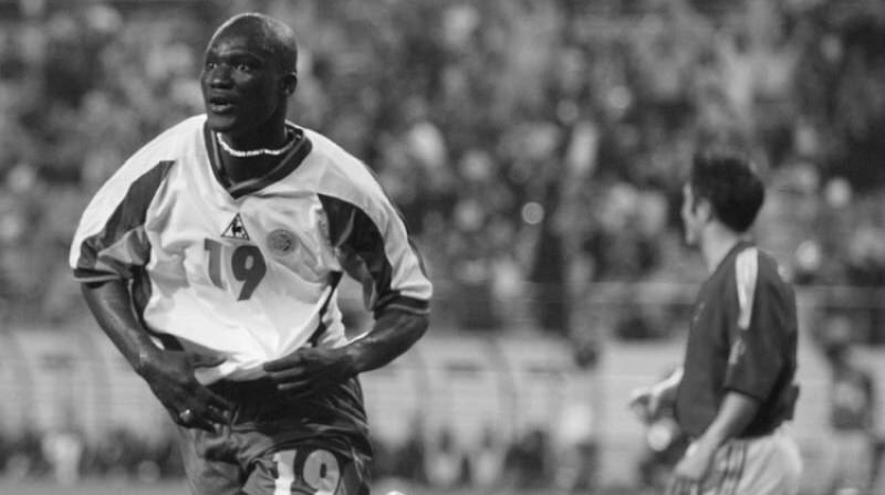 Papa Buba Džops slavenajā 2002. gada spēlē pret Franciju. Foto: FIFA