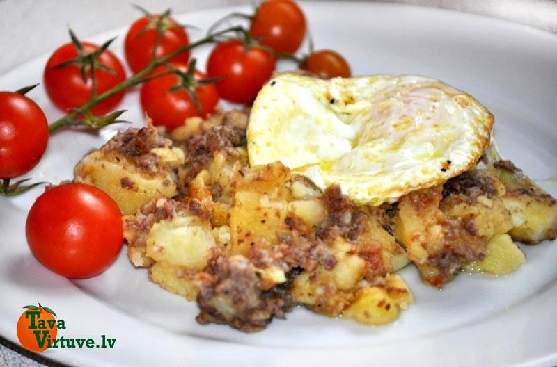 Cūkgaļas un kartupeļu sautējums ar ceptu olu