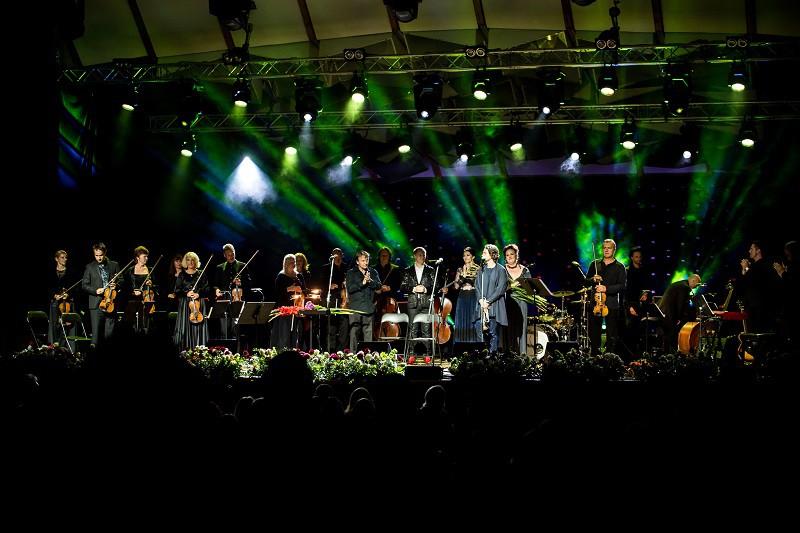 Koncerts Dolce Vita Dzintaru koncertzālē pieceļ kājās simtiem klausītāju