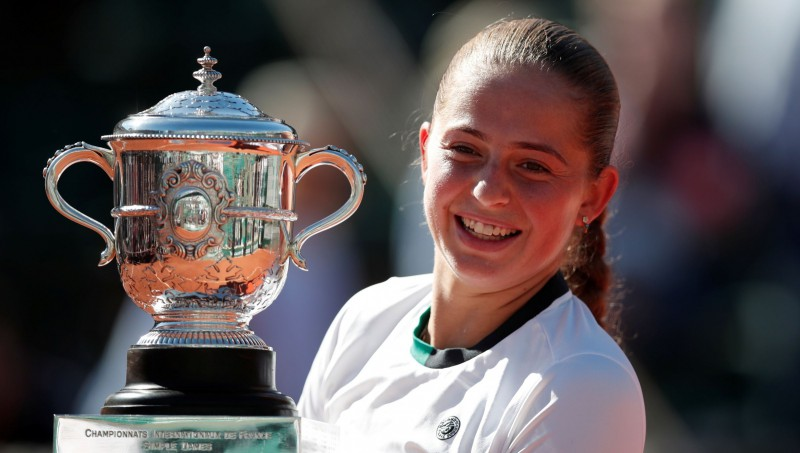 """Ostapenko finālā divreiz atspēlējas pret Halepu un triumfē """"French Open"""""""