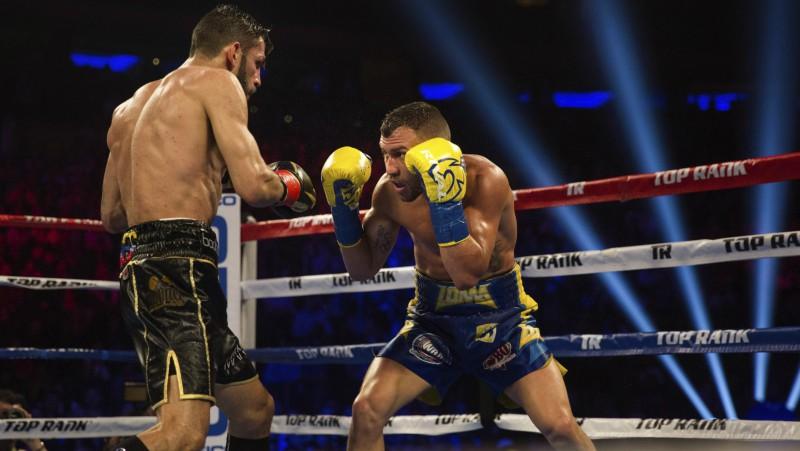 Ukraiņu bokseris Lomačenko pārvar nokdaunu un izcīna vēsturisku uzvaru