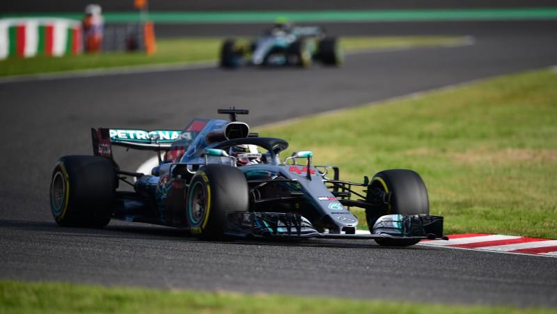 """Hamiltons triumfē Leklēra dzinēja problēmu dēļ, """"Mercedes"""" otrā dubultuzvara"""