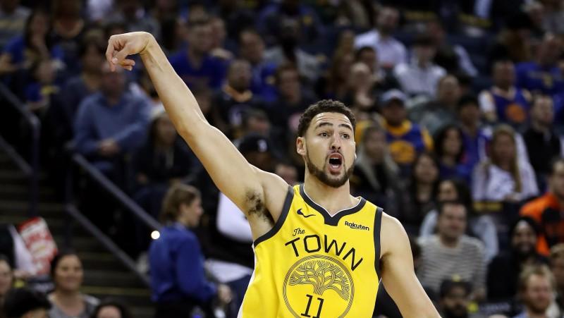 """Tompsons uzvarā pret """"Knicks"""" iemet septiņus tālmetienus un 43 punktus"""