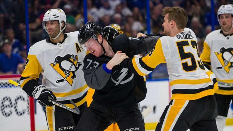 Bļugeram pirmā piespēle un kautiņš zaudējumā NHL līderiem