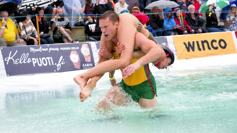 Lietuvas pāris aizstāv pasaules čempionu titulu sievu nešanā
