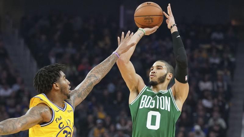 """""""Celtics"""" izcīna desmito uzvaru pēc kārtas, """"Warriors"""" Raselam trauma, Hārdenam 44 punkti"""