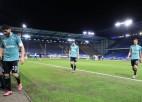 ''Schalke'' fani pēc izkrišanas no Bundeslīgas apmētā futbolistus ar olām