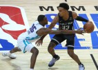 """""""Spurs"""" talantam Džounsam 34+8+9, """"Suns"""" spēlētājs Smits tiek pie 21+11"""