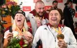 Foto: Paralimpiādes medaļnieki Apinis, Dadzīte un Bergs atgriežas Latvijā