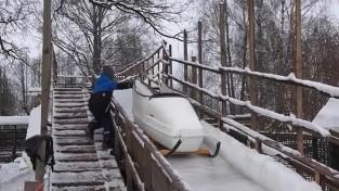 Piemājas dārzā Rūjienā darbojas bobsleja trase